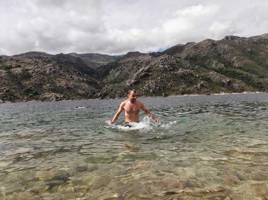 Baño en el camino, río Homem