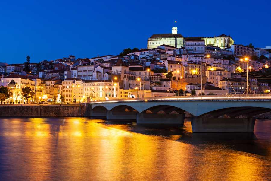 Coimbra: vista de la Universidad desde el Río Monego