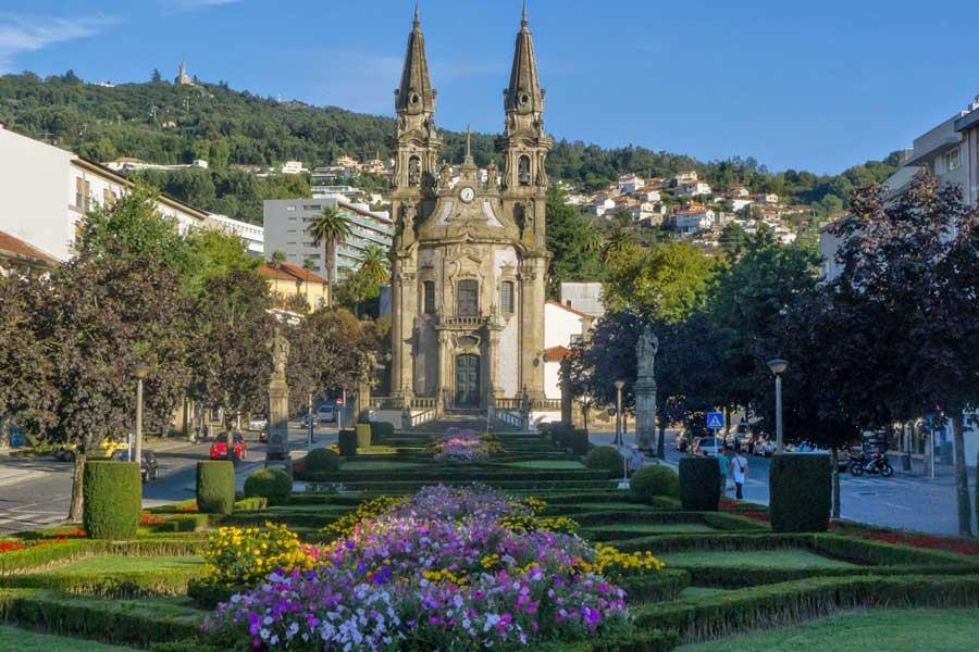 Jardines de San Gualter. Iglesia de Nuestra Señora de la Consolación al fondo