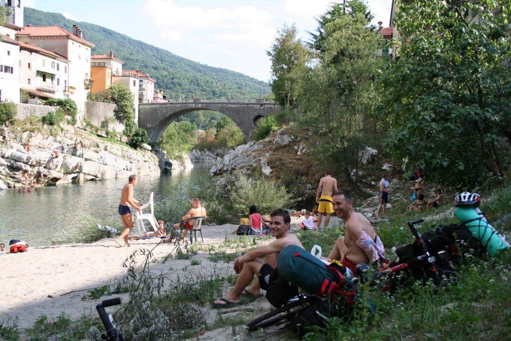 Bañándonos en el camino a Bohinjsca Bistrica