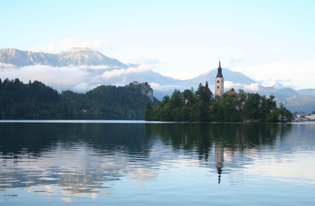 Vista panorámica del Lago con la Iglesia