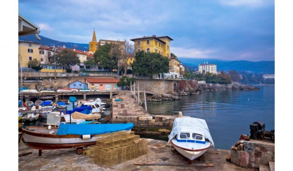 Lovran: vista de la costa desde el puerto