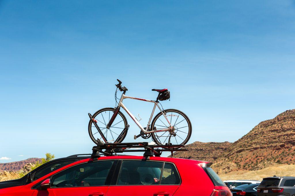 Transporte de bicicleta en el techo del coche