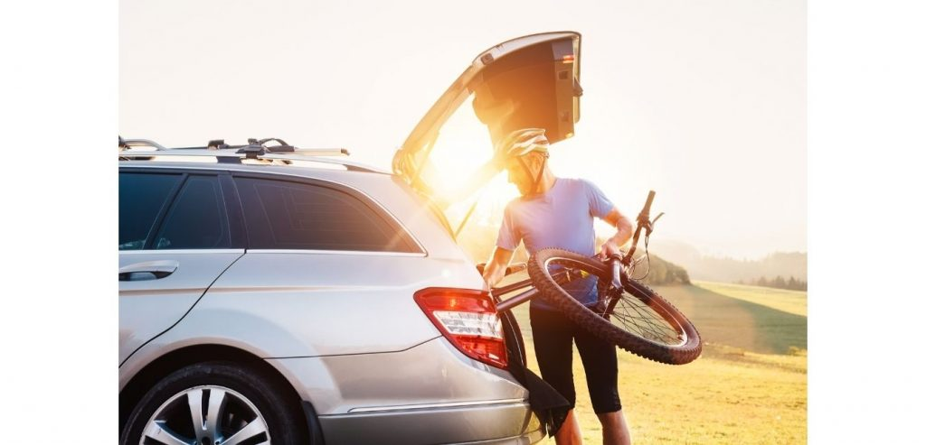 Transportar bicicleta en el maletero del coche